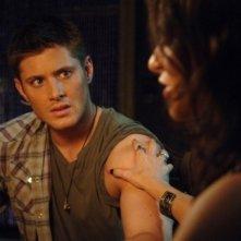 Dean, interpretato da Jensen Ackles, e Pamela, Traci Dinwiddie, durante una seduta spritica nell'episodio 'Lazarus rising' della serie Supernatural