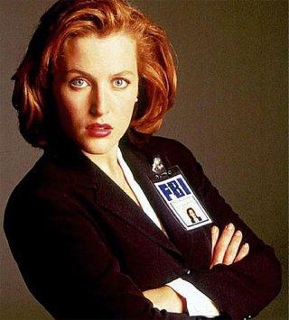Gillian Anderson veste i panni dell'Agente Speciale Dana Scully, inseparabile compagna di Fox Mulder nella serie tv X-files