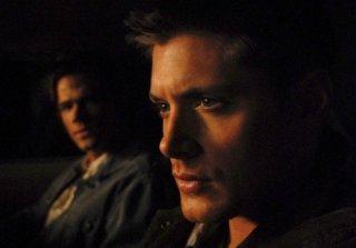 In primo piano Jensen Ackles, sullo sfondo Jared Padalecki, nell'episodio 'Lazarus rising' della quarta stagione di Supernatural