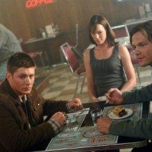 Seduti a un caffè, nell'episodio che apre la quarta stagione di Supernatural troviamo Jensen Ackles e Jared Padalecki