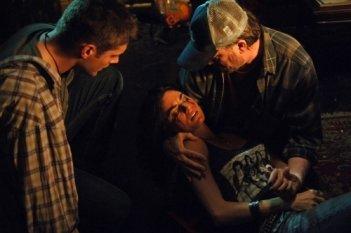 Traci Dinwiddie tra le braccia di Jim Beaver, insieme a Jensen Ackles nell'episodio 'Lazarus rising' della serie Supernatural