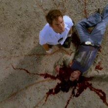 Dexter, interpretato da Michael C. Hall, si trova sulla scena di un crimine nell'episodio 'Lacrime di coccodrillo' della serie tv Dexter