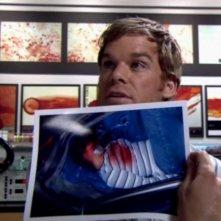 Dexter, interpretato da Michael C. Hall, nel suo laboratorio in una scena dell'episodio 'La prima volta' della serie tv Dexter