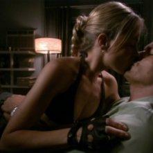 Julie Benz e Michael C. Hall in un bacio appassionato nell'episodio 'Album di famiglia' della serie tv Dexter