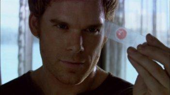 Michael C. Hall, nel ruolo di Dexter, mentre esamina delle prove nell'episodio pilota della serie Dexter