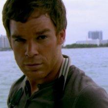 Michael C. Hall, nel ruolo del serial killer Dexter nella serie omonima, episodio: Amore in stile americano