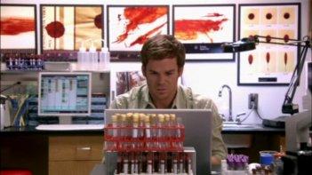 Michael C. Hall in un momento dell'episodio 'Strizzacervelli in busta' della serie tv Dexter