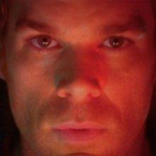 un intenso primo piano del serial killer Dexter, interpretato da Michael C. Hall nella serie tv Dexter, episodio 'La verita è svelata'