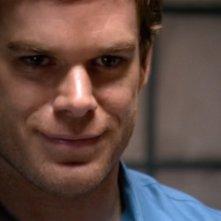 Un sorriso inquietante di Dexter, interpretato da Michael C. Hall nell'episodio 'I miei colleghi' della serie tv Dexter
