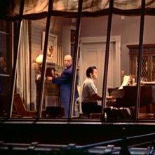 Alfred Hitchcock nella sua proverbiale apparizione in La finestra sul cortile
