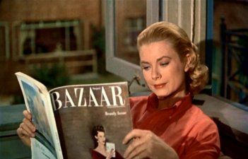 Grace Kelly legge in una scena de La finestra sul cortile