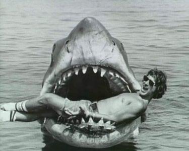 Un giovanissimo Steven Spielberg scherza sul set de Lo Squalo
