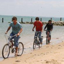 In bicicletta sulla riva in una scena di Summer Dreams
