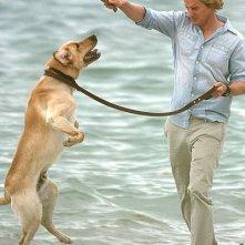 Marley e John (interpretato da Owen Wilson) mentre giocano sulla spiaggia