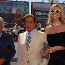 Venezia 2008: Lo stilista Valentino accanto al suo compagno Giancarlo Giammetti ed Eva Herzigova alla presentazione di Valentino: The Last Emperor