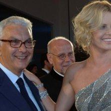 Venezia 2008: la splendida Charlize Theron accanto a Paolo Baratta. L'attrice sudafricana presenta The Burning Plain