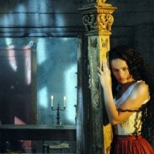 L'attrice Isabella Orsini in una sequenza della fiction di Canale 5 Il sangue e la rosa