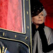 Virna Lisi è Lucrezia Sciarra in una sequenza della miniserie Il sangue e la rosa