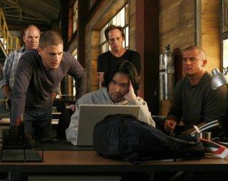 Una scena di gruppo dell'episodio Breaking and Entering di Prison Break