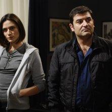 Anna Foglietta e Max Giusti in una scena di Distretto di Polizia 8