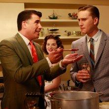 Bryan Batt, Sarah Drew ed Aaron Staton in una scena dell'episodio The Gold Violin di Mad Men