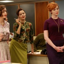 Christina Hendricks con altre attrici del cast di Mad Men in una scena dell'episodio Three Sundays