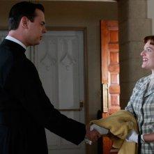 Colin Hanks ed Elisabeth Moss in una scena dell'episodio Three Sundays di Mad Men