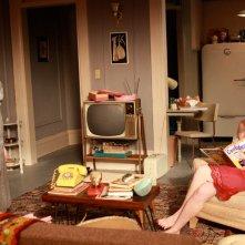 Elisabeth Moss e Melinda McGraw in una scena dell'episodio The New Girl di Mad Men