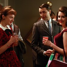 Elisabeth Moss, Vincent Kartheiser ed Alison Brie nell'episodio Flight 1 di Mad Men