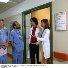 Enzo Iacchetti, Giobbe Covatta, Antonio Cupo ed Elisabetta Canalis in una scena della serie Medici Miei