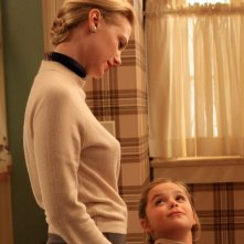 January Jones e Kiernan Shipka in una scena di For Those Who Think Young di Mad Men