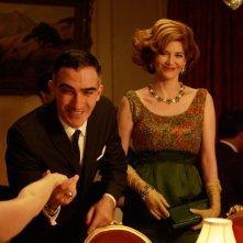 January Jones, Patrick Fischler e Melinda McGraw nell'episodio The Benefactor di Mad Men