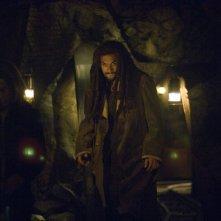 Jason Momoa e, in ombra, Rachel Luttrell nell'episodio 'Outsiders' della serie Stargate Atlantis