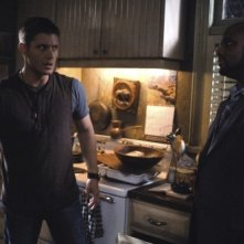 Jensen Ackles insieme a Charles Malik Whitfield nell'episodio 'Are You There, God? It's Me... Dean Winchester' della serie televisiva Supernatural
