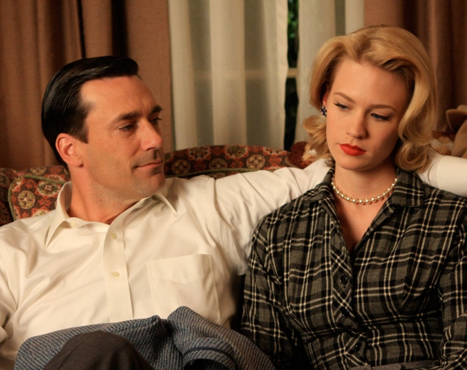 Jon Hamm e January Jones in una scena di For Those Who Think Young di Mad Men