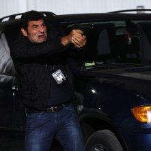 Max Giusti in una scena drammatica di Distretto di Polizia 8