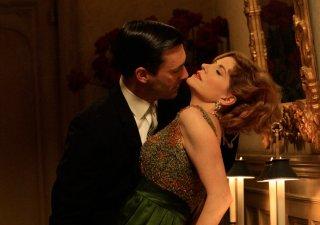Melinda McGraw e Jon Hamm in una scena passionale dell'episodio The Benefactor di Mad Men