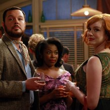Michael Gladis, Donielle Artese e Christina Hendricks in una scena di Flight 1 di Mad Men