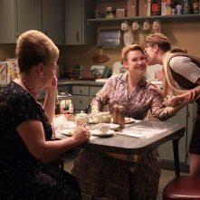 Myra Turley, Audrey Wasilewski ed Elisabeth Moss nell'episodio Flight 1 di Mad Men