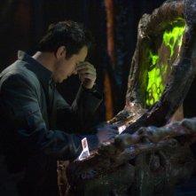 Paul McGillion in una scena dell'episodio 'Outsiders' della serie Stargate Atlantis