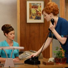 Peyton List e Christina Hendricks in una scena dell'episodio The New Girl di Mad Men
