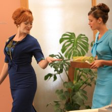 Peyton List e Christina Hendricks nell'episodio The New Girl di Mad Men
