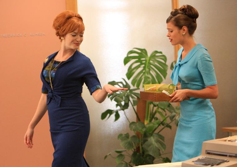 Peyton List e Christina Hendricks nell'episodio The New Girl di Mad Men