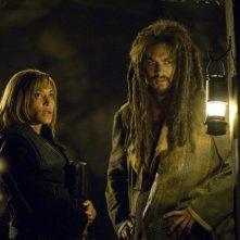 Rachel Luttrell e Jason Momoa nell'episodio 'Outsiders' della serie Stargate Atlantis