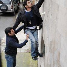 Simone Corrente e Max Giusti in una scena di Distretto di Polizia 8