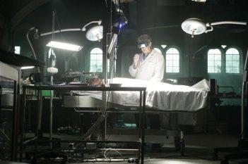 John Noble in un'immagine dell'episodio The Same Old Story di Fringe