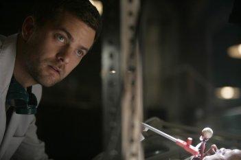 Joshua Jackson in una scena dell'episodio The Same Old Story di Fringe