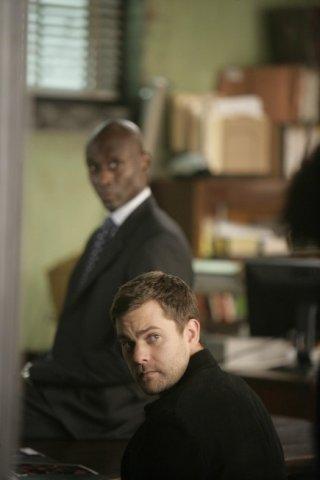 Lance Reddick e Joshua Jackson nell'episodio The Same Old Story di Fringe