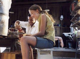 Tristan Wilds e Dakota Fanning in una scena del film The Secret Life of Bees
