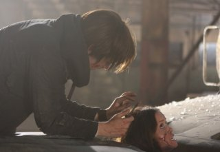 Thomas Dekker e Summer Glau in una scena dell'episodio Samson & Delilah di Terminator: Sarah Connor Chronicles